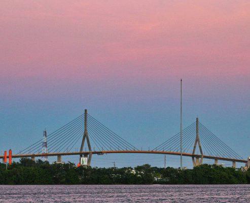 Puente a lo lejos sobre agua